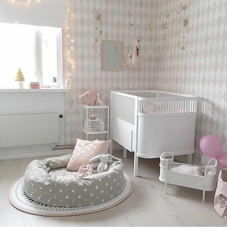 مدل چیدمان اتاق و سیسمونی نوزاد دخترانه به رنگ سفید و طوسی